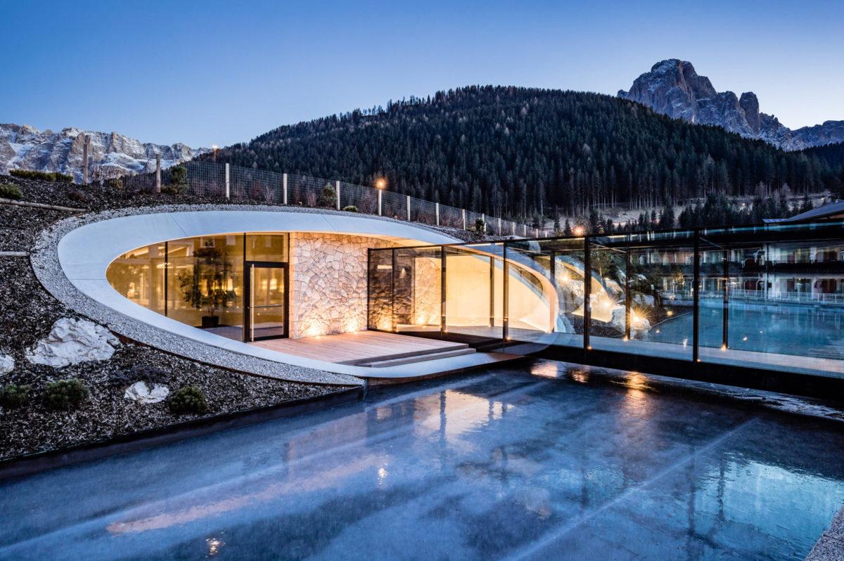 Hotelbau in Wolkenstein in Gröden. Sichtbeton, runde Formen, Architektur.Baufirma Schweigkofler aus Südtirol.