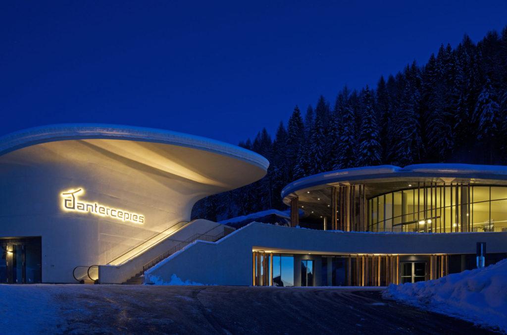 Gewerbebau in Gröden. Sichtbeton, Architektur und Ästhetik. Baufirma Schweigkofler aus Südtirol.