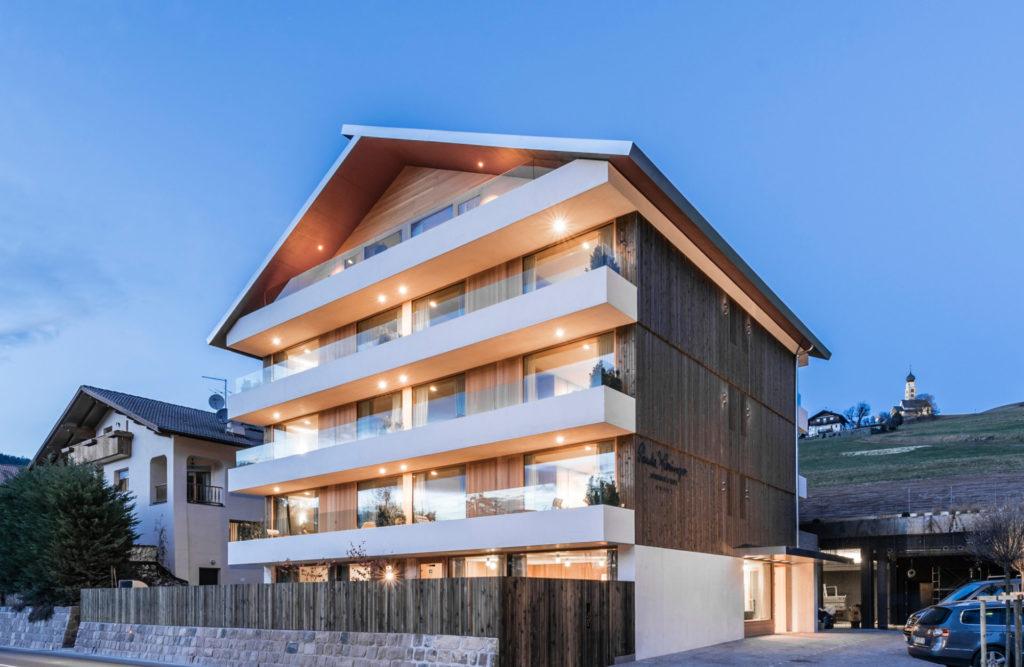 Hotelbau in Seis. Sichtbeton, Architektur und Ästhetik. Baufirma Schweigkofler aus Südtirol.