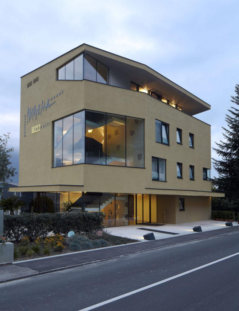 Hotelbau in Marling. Sichtbeton, Architektur und Ästhetik. Baufirma Schweigkofler aus Südtirol.