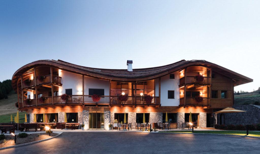 Hotelbau in Gröden. Architektur und Ästhetik. Baufirma Schweigkofler aus Südtirol.