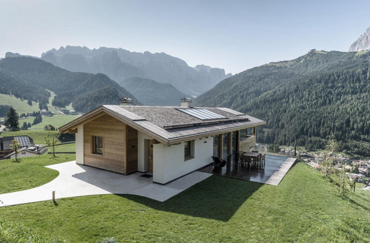 Wohnbau in Wolkenstein in Gröden. Sichtbeton, Architektur und Ästhetik. Baufirma Schweigkofler aus Südtirol.