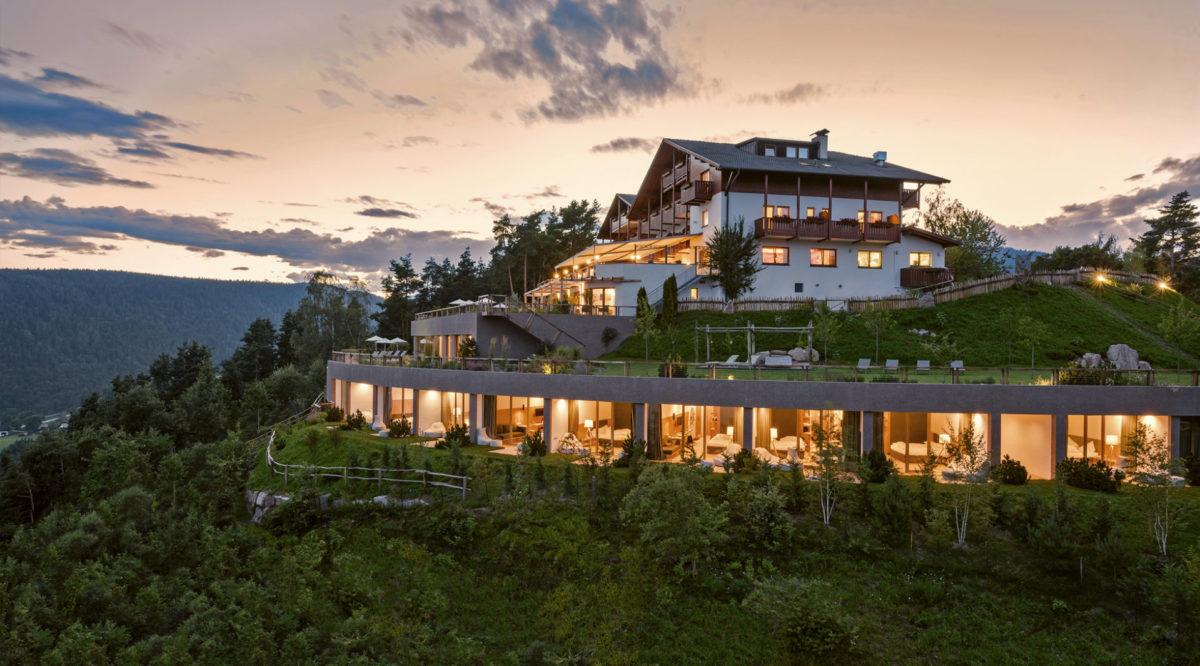 Hotelbau in Jenesien. Gefärbter Sichtbeton. Architektur und Ästhetik. Baufirma Schweigkofler aus Südtirol.