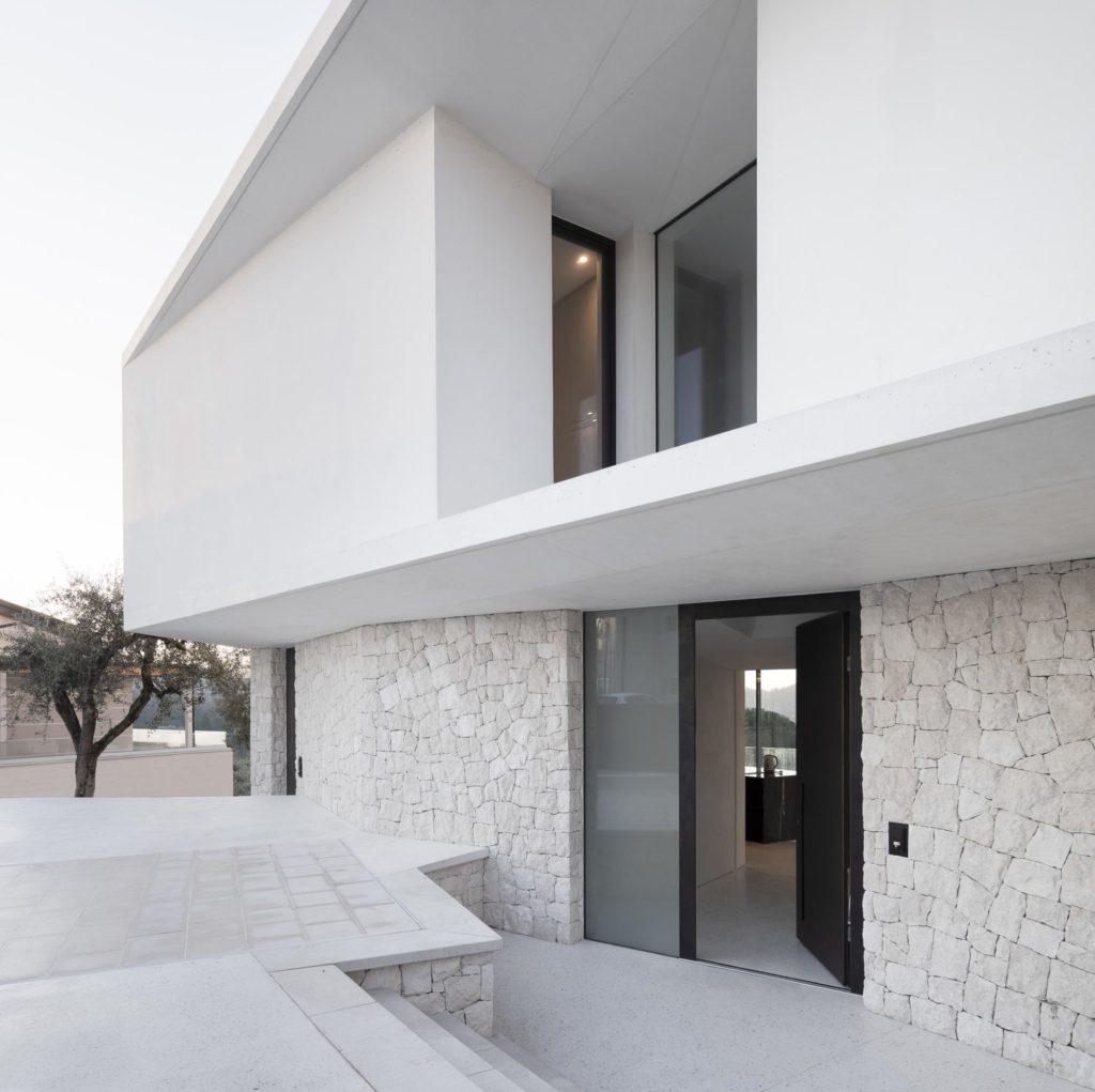 Wohnbau in Venetien. Weißer Sichtbeton. Architektur und Ästhetik. Baufirma Schweigkofler aus Südtirol.